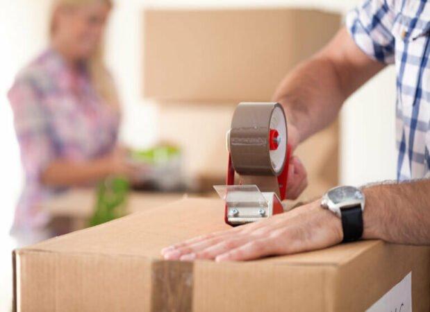 Jak zapakować paczkę z ubraniami i wysłać ją najtaniej?
